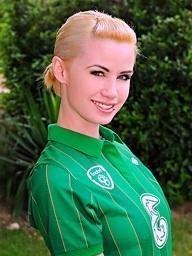 Irish pulchritude Shannon Reid bringing off sward..